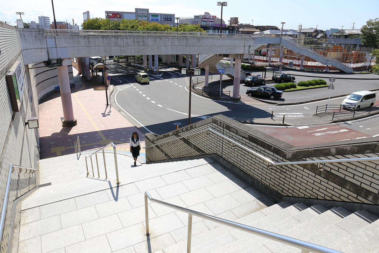成田駅西口階段