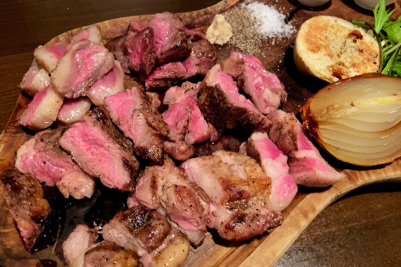 今宵成田で世界の肉料理とごほうびワインを